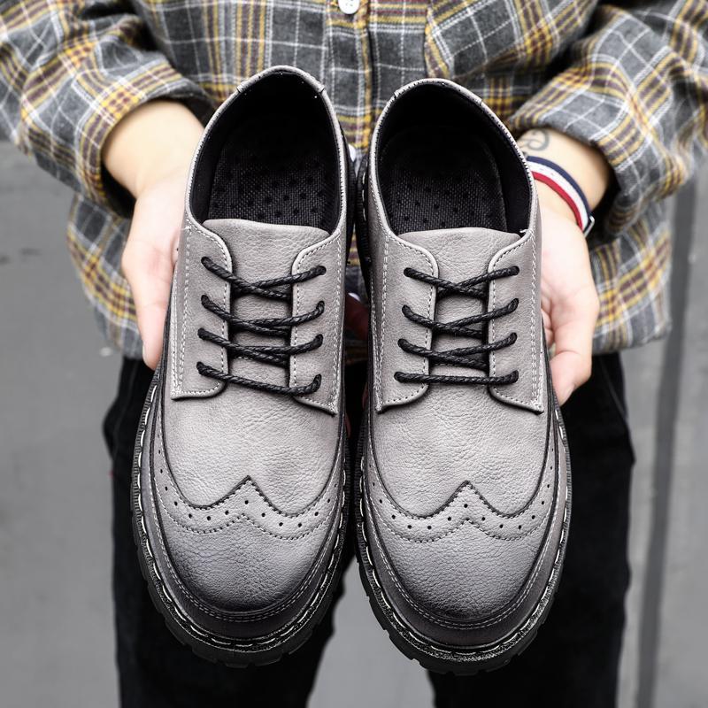 2018 musim gugur model baru Inggris Pria sepatu kulit kasual BULLOCK ukiran Retro sepatu pria Gaya