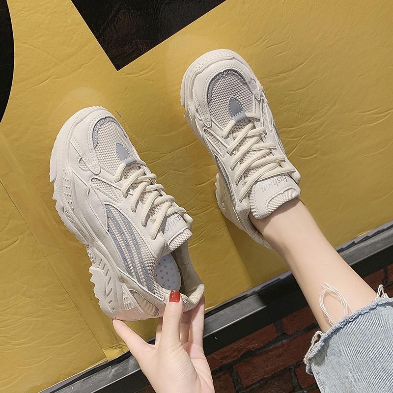 Ins เสื้อผ้าแฟชั่น เสื้อผ้าแฟชั่น ลำลองรองเท้าผ้าใบทรงสูงหญิง 2019 คอลเลคชั่นฤดูใบไม่ผลิใหม่ยอดนิยมสไตล์เกาหลีเข้าได้หลายชุดนักเรียนสีขาวพื้นหนารองเท้าออกกำลังกายน้ำ By Taobao Collection.